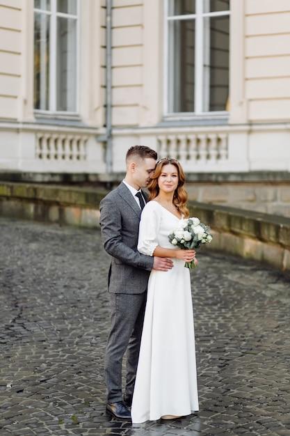 Красивая молодая модная стильная пара идет по улице в городе Бесплатные Фотографии