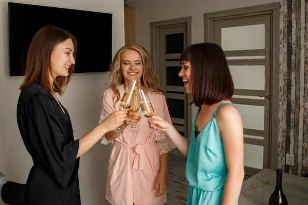 Красивые молодые девушки на девичнике Premium Фотографии