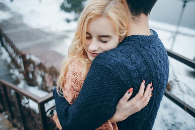 Красивая молодая счастливая пара Бесплатные Фотографии