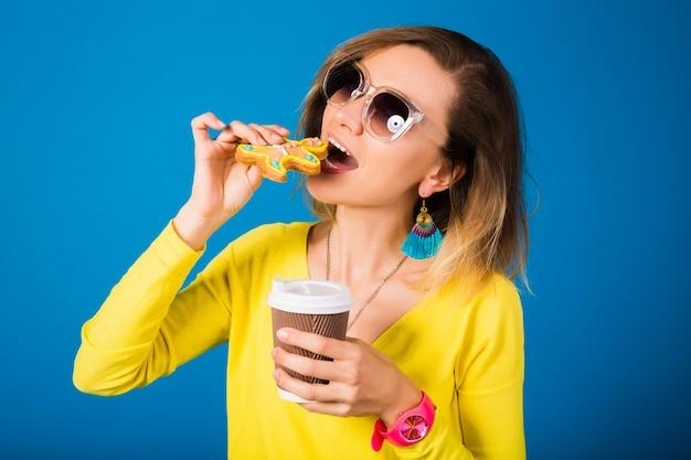 Bella giovane donna hipster, mangiare biscotti, bere caffè Foto Gratuite
