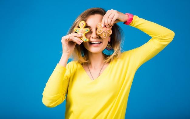 Bella giovane donna hipster, mangiando i biscotti Foto Gratuite