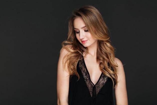 아름 다운 아가씨 서 고 회색 벽에 포즈 무료 사진