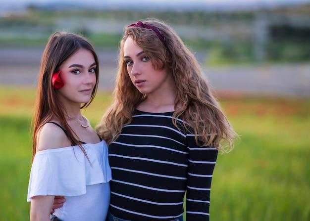 美しい若いレズビアンのカップル、lgbtコミュニティの平等の権利 Premium写真