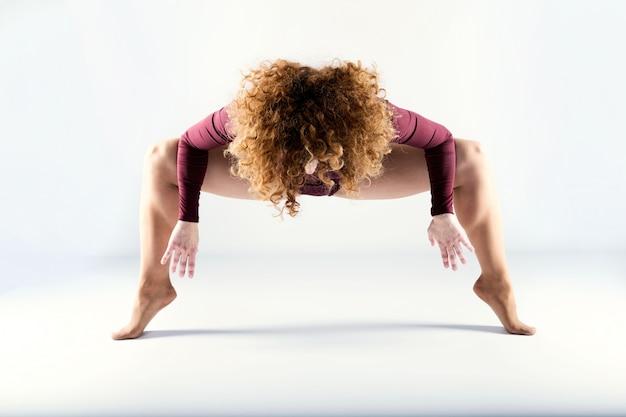 白い背景の上で踊っている、美しい若いプロのダンサー。 Premium写真