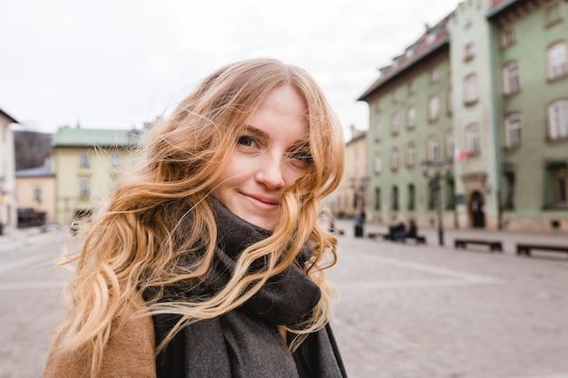 Красивая молодая туристическая женщина, идущая по улице. Premium Фотографии