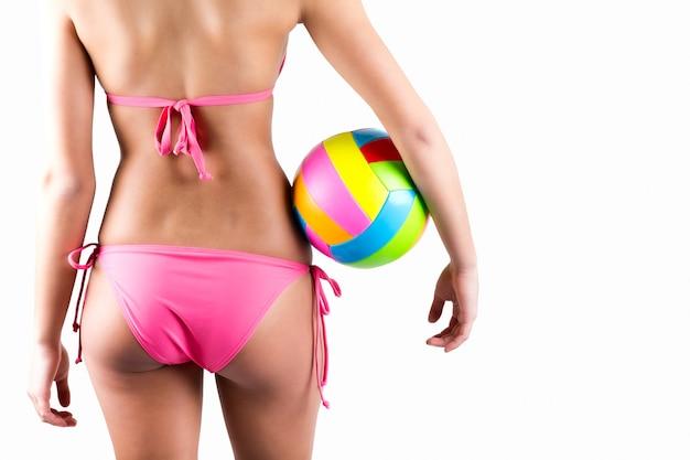 Красивая молодая женщина волейболистка в купальниках Бесплатные Фотографии