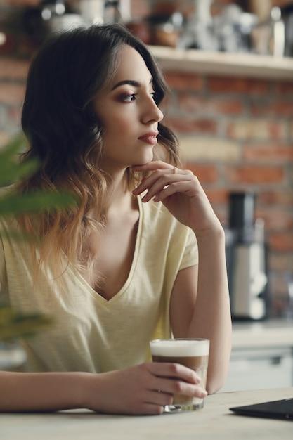 自宅で美しい若い女性 無料写真