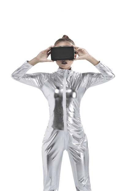 銀ラテックス衣装とvrヘッドセットの美しい若い女性 Premium写真
