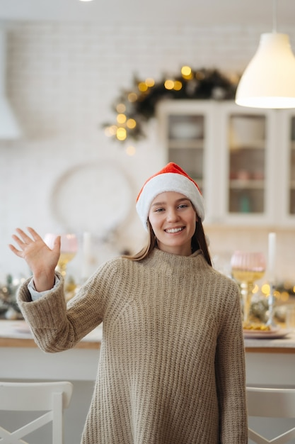 집에서 카메라를보고 아름 다운 젊은 여자. 크리스마스 축하 무료 사진