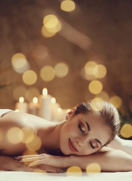 Красивая молодая женщина лежа и ждет ее массажа. концепция спа Бесплатные Фотографии
