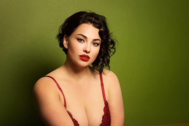 내부에 란제리에 아름 다운 젊은 여자 플러스 크기 프리미엄 사진