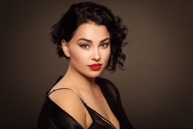 란제리에 아름 다운 젊은 여자 플러스 크기 프리미엄 사진