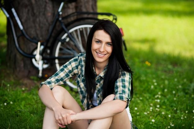 Bella giovane donna che riposa nel parco Foto Gratuite