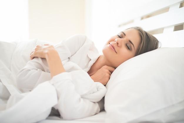 아름 다운 젊은여자가 침대에서 자 고 무료 사진