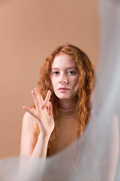 手話を教える美しい若い女性 無料写真