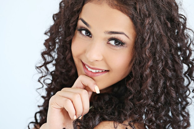 Bellissima giovane donna con i capelli ricci neri Foto Gratuite