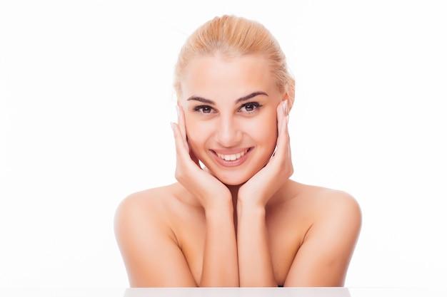 깨끗하고 신선한 피부를 가진 아름 다운 젊은 여자는 자신의 얼굴을 터치합니다. 페이셜 트리트먼트. 미용, 미용 및 스파. 무료 사진