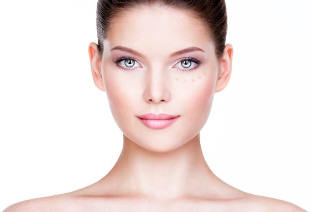 피부에 화장품 기초와 아름 다운 젊은 여자. 미용 치료 개념. 무료 사진