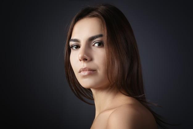 まつげエクステの美しい若い女性 Premium写真