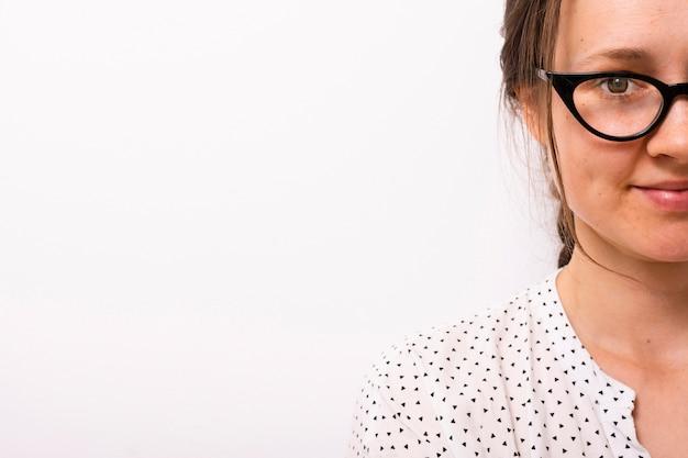 Bellissima giovane donna con gli occhiali Foto Gratuite