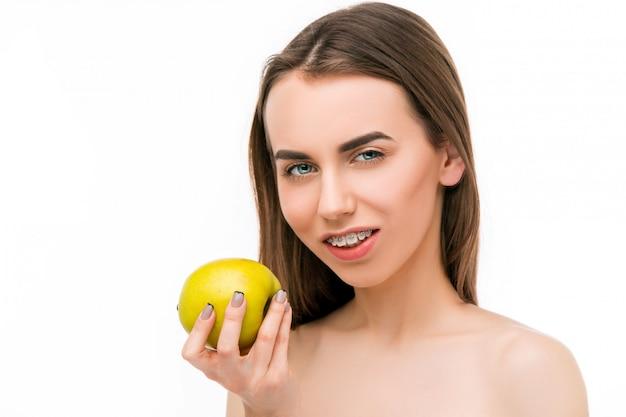 치아 교정기와 아름 다운 젊은 여자 무료 사진