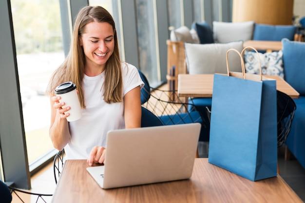 Bella giovane donna che lavora al computer portatile Foto Gratuite