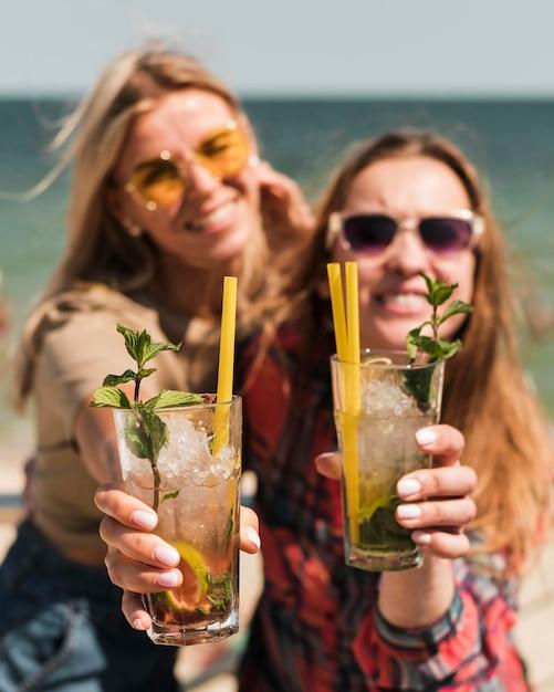 Красивые молодые женщины, наслаждаясь летними коктейлями Бесплатные Фотографии