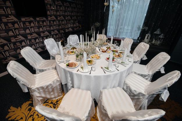 Красиво оформленные и обставленные стулья для праздничного банкета. декор, свадьба. Premium Фотографии