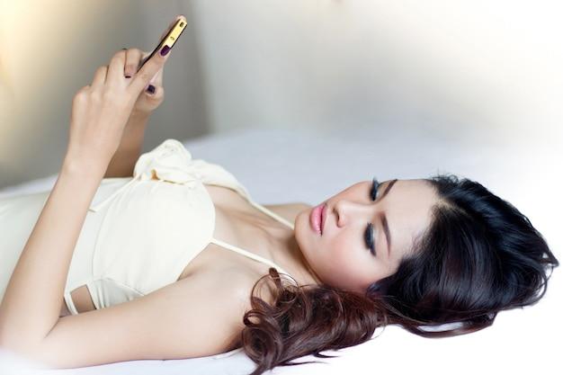 4 Alasan Jangan Main Ponsel Setelah Bangun Tidur, Ini Bahayanya