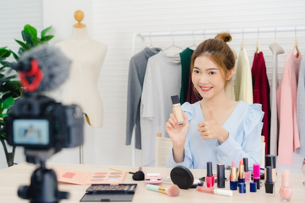 Красота блоггер настоящее косметика, сидя в передней камеры для записи видео Бесплатные Фотографии