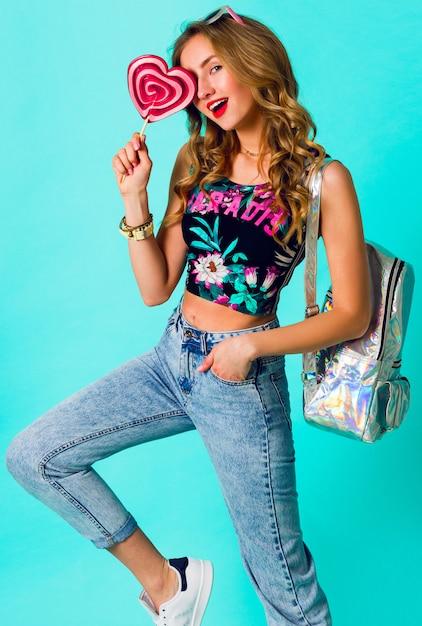 カラフルなピンクのドーナツを保持している美容金髪ファッションモデルの女の子。お菓子、デザートで面白いうれしそうな女性。ダイエット、ダイエットのコンセプトです。ジャンクフード。明るい色。 無料写真