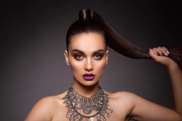 完璧なメイクと美容ブルネットの女性。美しいプロの休日メイク。 Premium写真