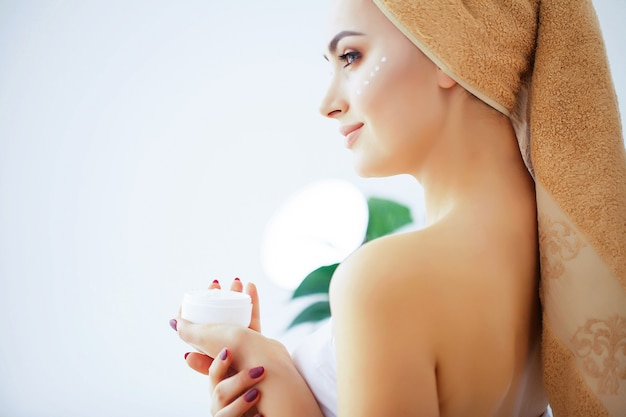 Beauty and care, woman with pure skin and towel on the head pour Premium Photo