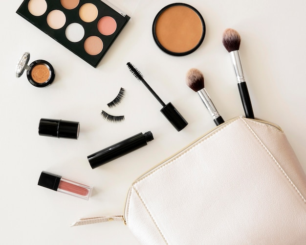 Confezione di cosmetici di bellezza in borsa Foto Gratuite