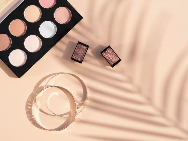 Confezione e orecchini per cosmetici di bellezza Foto Gratuite
