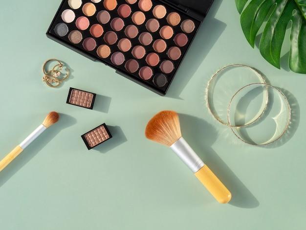 Prodotti cosmetici di bellezza sulla scrivania Foto Gratuite