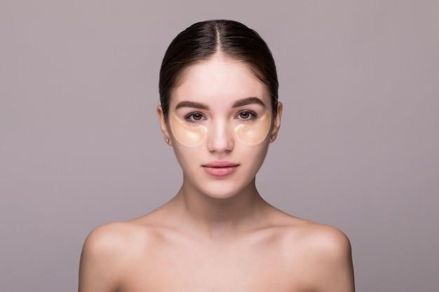 Fronte di bellezza di bella donna con pelle fresca pulita isolata Foto Gratuite
