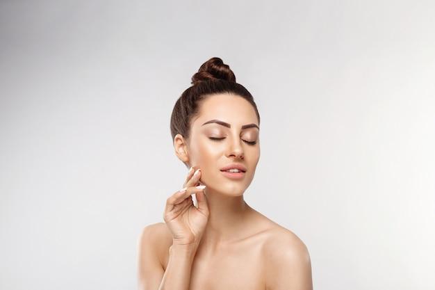 아름다움 얼굴. 자연스러운 메이크업으로 아름 다운 여자 프리미엄 사진