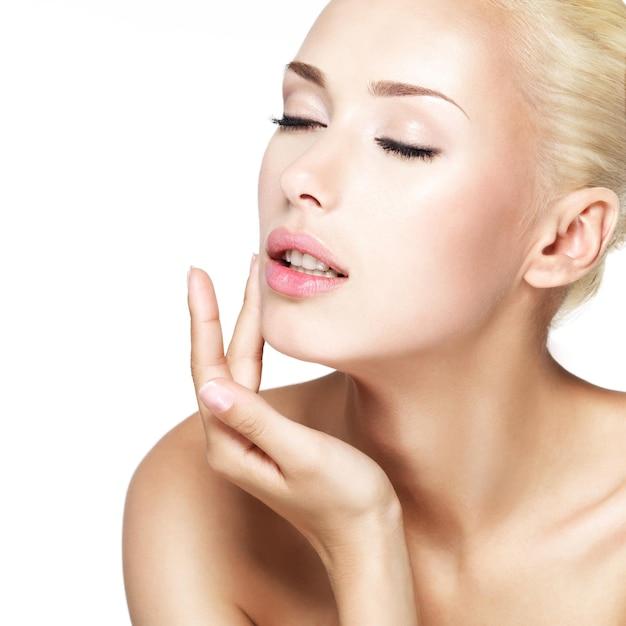 젊은 아름 다운 금발 여자의 아름다움 얼굴 무료 사진