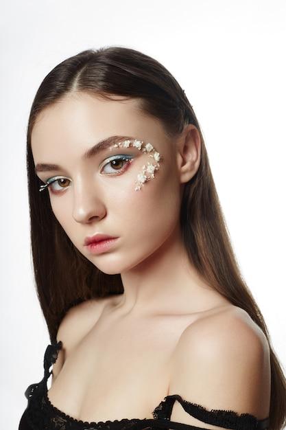 Beauty face профессиональный макияж, косметика цветочная Premium Фотографии