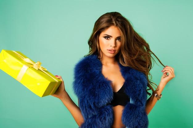 ブルーミンクの毛皮のコートで美容ファッションモデルの女の子。美しい贅沢な冬の女性。彼女のプレゼントに感銘を受けたクレイジーなヒップスターの女の子 無料写真