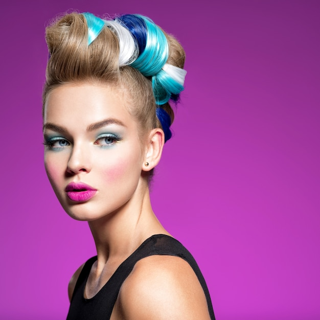 Beauty fashion model girl with  сolorful dyed hair. girl with blue makeup and hairstyle. blue makeup. studio. Free Photo