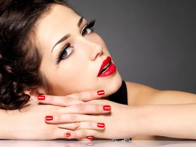 빨간 손톱, 입술과 황금 눈 화장과 뷰티 패션 여자-검은 벽에 무료 사진