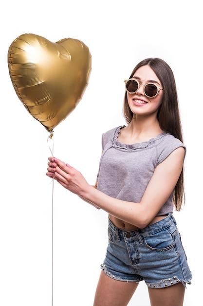 Ragazza di bellezza con la risata dell'aerostato di aria a forma di cuore. festa di san valentino. Foto Gratuite