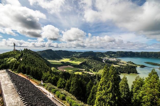 美の風景ポルトガルの7つの都市のラグーンの航空写真:大西洋のサンミゲル島のアゾレス諸島にあるlagoa das setecidades。 無料写真