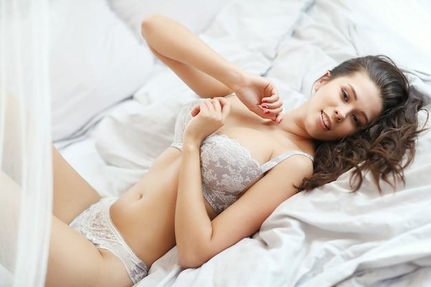 Красавица, лежа на кровати Бесплатные Фотографии