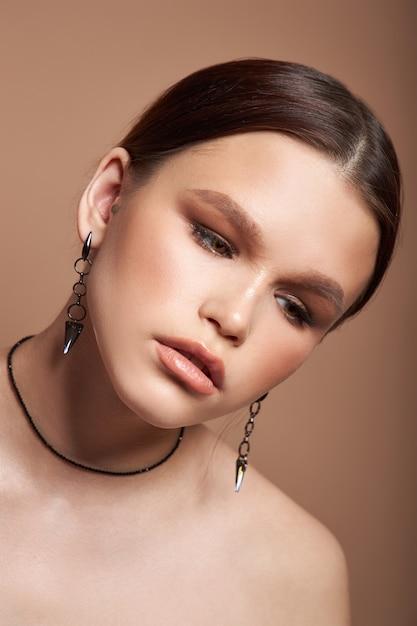 그녀의 귀에 보석 귀걸이와 여자의 아름다움 초상화 프리미엄 사진
