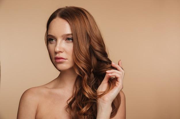 긴 머리 포즈와 멀리보고 예쁜 생강 여자의 아름다움 초상화 무료 사진