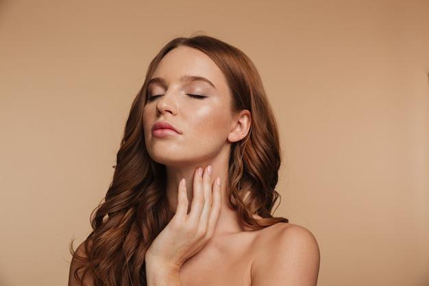 目を閉じてポーズをとって長い髪の官能的な生inger女性の美しさの肖像画 無料写真