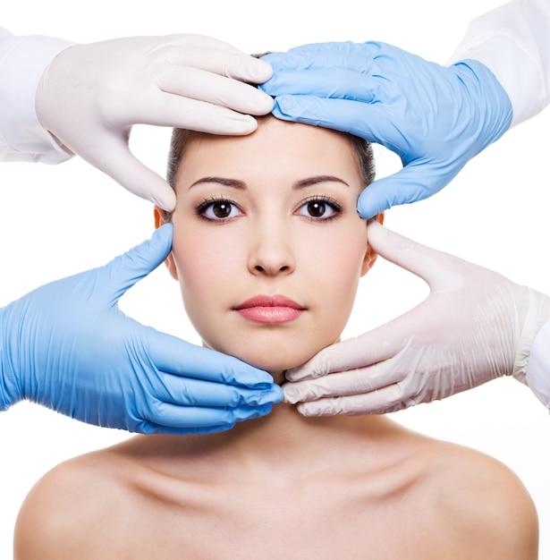 흰색에 고립 된 아름 다운 여성 얼굴의 미용 치료 무료 사진